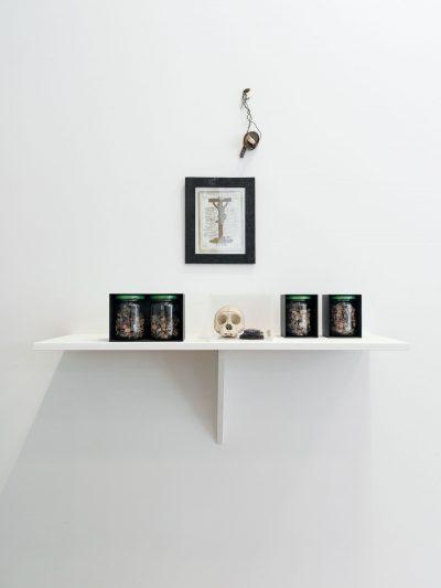 C.A. Wasserburger Vater-Unser-Installation Bilderrahmen, Eisenboxen mit Zeitgläsern, Plexiglaskasten mit Affenschädel und Fundstücken, Eisendraht mit Fundstücken 2015 Foto: Gerald von Foris