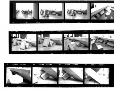 """Rudolf Wachter, """"Tisch für ein Kunstgespräch – oder die Kunst aneinander vorbeizureden"""", 1995, Foto: Studio Drave, München"""
