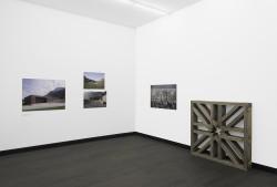 """Ausstellungsansicht """"Der letzte Garten - Bauwerke des Abschies"""""""