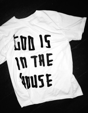 T-Shirt_God is in the House_web