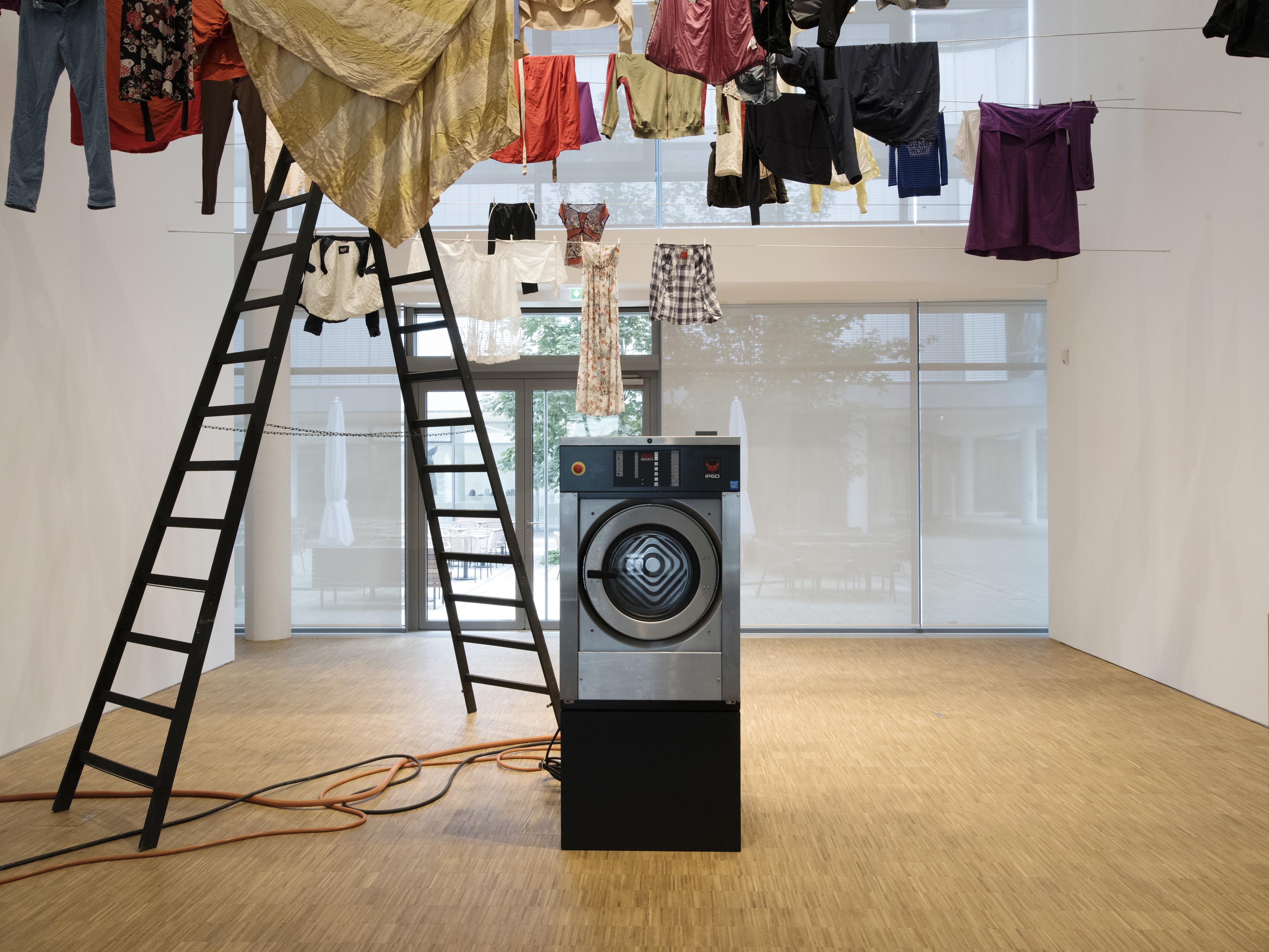 EMPFANGSHALLE Waschgang, 2017 Rauminstallation mit Industriewaschmaschine und Wäscheleine Installationsansichten, Foto: Gerald von Foris (c) VG Bild-Kunst Bonn, 2017