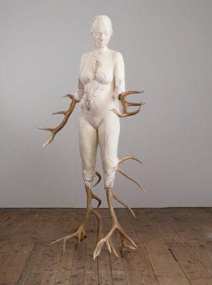 Birgit Dieker, Geweihte, 2016, Kleidung, Geweihe, 205 x 121 x 100 cm, Foto: Thomas Jautschus, (c) VG Bild-Kunst Bonn, 2017, (cc) by-nc-nd