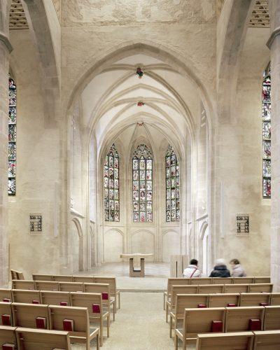 Florian Nagler Architekten, Wiederaufbau St. Martha, Chor mit Abendmahltisch und Ambo, Nürnberg, 2018, Foto: PK Odessa